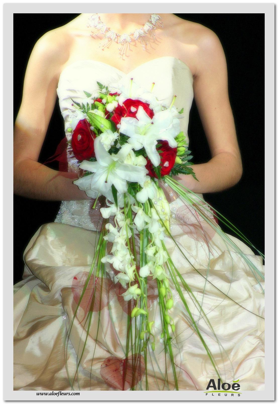 1- Bouquet mariée cascade blanc et bordeau roseslys et orchidées
