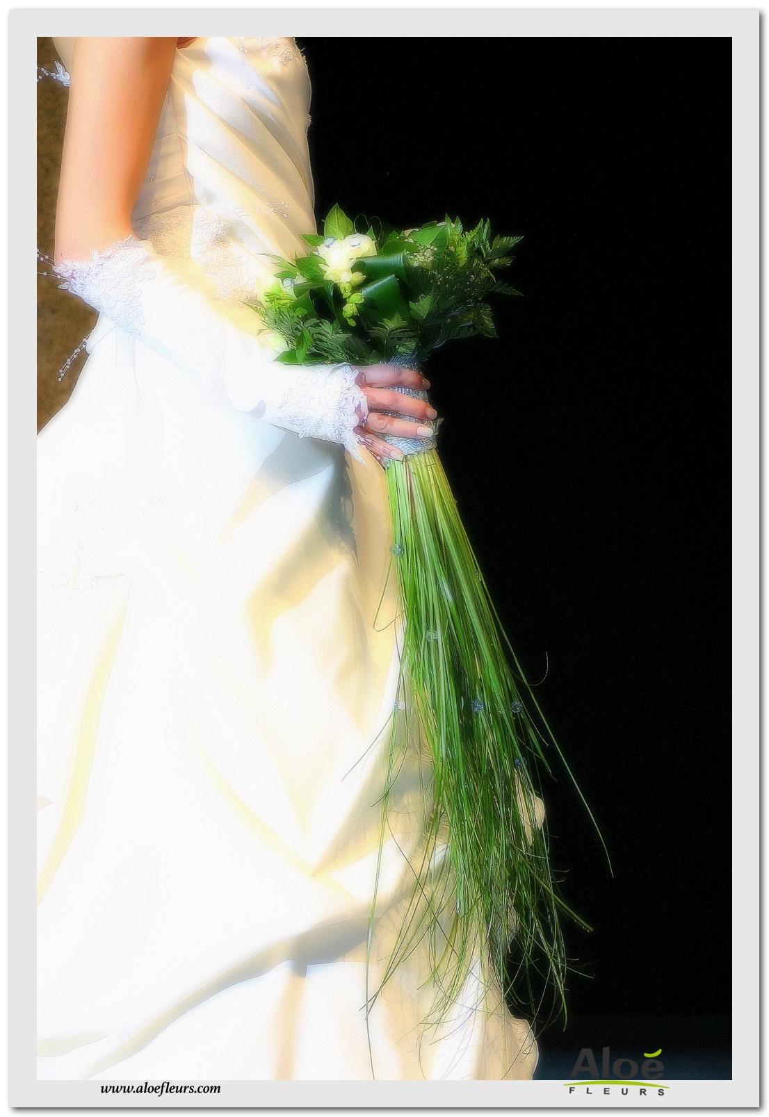 2- Bouquet mariée rond roses arum et fresia blancbijou bleu avec traine